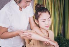 Kvinnor får armmassage i thailändsk massagebrunnsort Royaltyfria Bilder