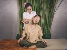Kvinnor får en thailändsk massage i Spa fotografering för bildbyråer