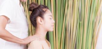 Kvinnor får halsskuldramassage Royaltyfri Bild