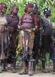 Kvinnor får klara för att dansa på tjurbanhoppningceremoni Turmi Omo dal, Etiopien Royaltyfri Bild