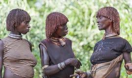 Kvinnor får klara för att dansa på tjurbanhoppningceremoni Turmi Omo dal, Etiopien Arkivbilder