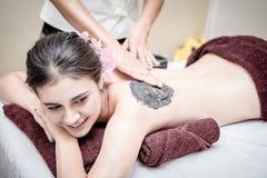 Kvinnor får kol skurar behandling i Spa Royaltyfria Bilder