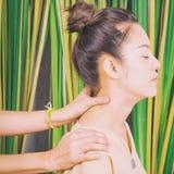 Kvinnor får massage på hals arkivfoto