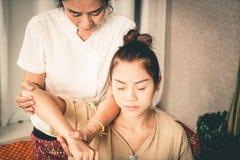 Kvinnor får skuldra- och armbågemassage i thailändsk brunnsort Fotografering för Bildbyråer