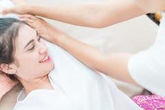 Kvinnor får thailändsk massage i thailändsk massagebrunnsort Arkivbilder