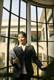 kvinnor för affärsmappholding Arkivbilder