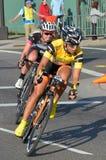 kvinnor för cykelkriteriumracers Arkivbilder
