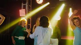 Kvinnor för dansparti har gyckel i nattklubb Vila efter h?rd dag p? arbete F?rgljus lager videofilmer