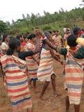 kvinnor för by för sammanlänkning för skörd för armdansgdaba royaltyfria foton