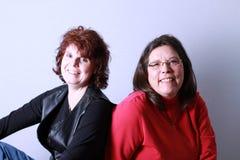Kvinnor för kompisstående två Arkivfoto