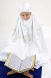 kvinnor för Koranenmuslimavläsning Royaltyfri Fotografi