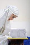 kvinnor för Koranenmuslimavläsning Fotografering för Bildbyråer