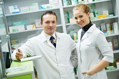 kvinnor för lag för apotek för kemistapotekman Arkivbild