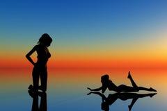 kvinnor för orange två för bakgrund blåa Arkivbild