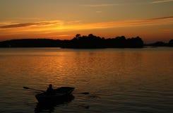kvinnor för romantisk solnedgång för aftonmän väntande Arkivbild