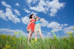 kvinnor för sommar två för fält plattform Arkivfoton