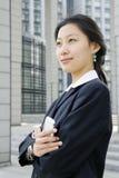kvinnor för telefon för affärsholding mobila Fotografering för Bildbyråer