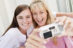 kvinnor för uteplats två för kamera digitala användande Arkivbild