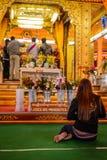 Kvinnor förböd tecknet med en be kvinna i buddistisk tempel, Royaltyfria Foton