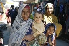 kvinnor familj, armod, folket, muselmanerna, marknaden, sorgsenhet arkivfoto