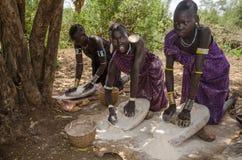 Kvinnor från den Mursi stammen, Omo dal, Etiopien Arkivfoto