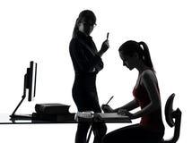 Lärarekvinnan fostrar tonåringflickan som studerar silhouetten Arkivfoto