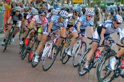 kvinnor för racers för cykelkriteriumpacke Royaltyfria Bilder