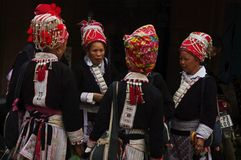 kvinnor för red för muong för marknad för daofolkgrupphum Royaltyfri Fotografi