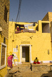 Kvinnor framme av ett hus Fotografering för Bildbyråer