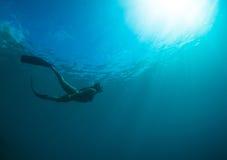 Kvinnor frigör dykning Arkivbild