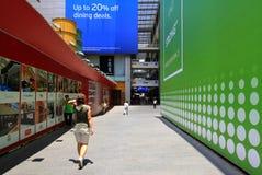 Kvinnor går till shoppingmitten, Kuala Lumpur Royaltyfri Fotografi