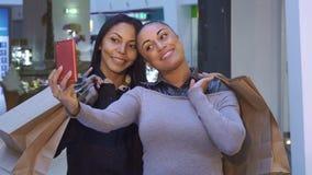 Kvinnor gör selfie med shoppingpåsar arkivfilmer
