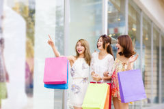 Kvinnor grupperar bärande shoppingpåsar på gatan Royaltyfria Foton