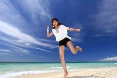 Kvinnor har en elasticitet på stranden. arkivfoton