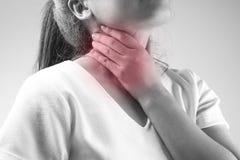 Kvinnor har halsen att smärta, sjukdombegreppet i svartvitt arkivbilder