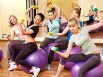 Kvinnor i aerobicsgrupp. Arkivfoto