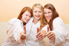 Kvinnor i badholding tumm upp Royaltyfri Foto