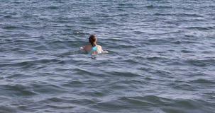 Kvinnor i blått simma för stammar lager videofilmer