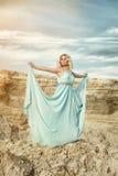 Kvinnor i den blåa klänningen Royaltyfria Bilder