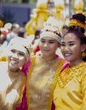 Kvinnor i dräkt som deltagare i ndak-indak för Davao ` s under den Kadayawan festivalen 2018 royaltyfri foto