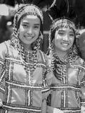 Kvinnor i dräkt som deltagare i ndak-indak för Davao ` s under den Kadayawan festivalen 2018 arkivbilder