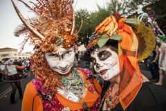 Kvinnor i dramatiska Dia De Los Muertos Makeup Arkivfoto