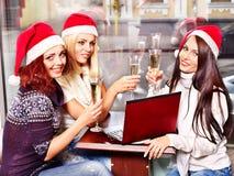 Kvinnor i dricka champagne för santa hatt. Royaltyfri Bild