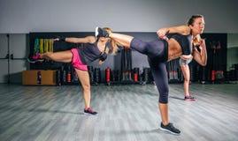 Kvinnor i en boxninggrupp som utbildar hög spark Royaltyfri Foto