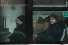 Kvinnor i en buss i vinter Royaltyfria Foton