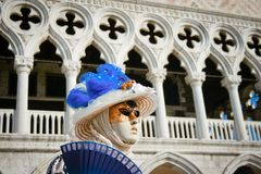 Kvinnor i en maskering på carnaval i Venedig royaltyfri bild