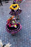 Kvinnor i f?rgrika traditionella Inca Costumes Twirling In Parade royaltyfria foton