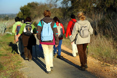 Kvinnor i greenwayen Los Molinos del Agua i Valverde del Camino, landskap av Huelva, Spanien Arkivfoto
