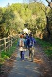 Kvinnor i greenwayen Los Molinos del Agua i Valverde del Camino, landskap av Huelva, Spanien Arkivbild