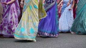 Kvinnor i hinduiska traditionella dräkter, dans och den sjungande hareKrishna mantraen lager videofilmer